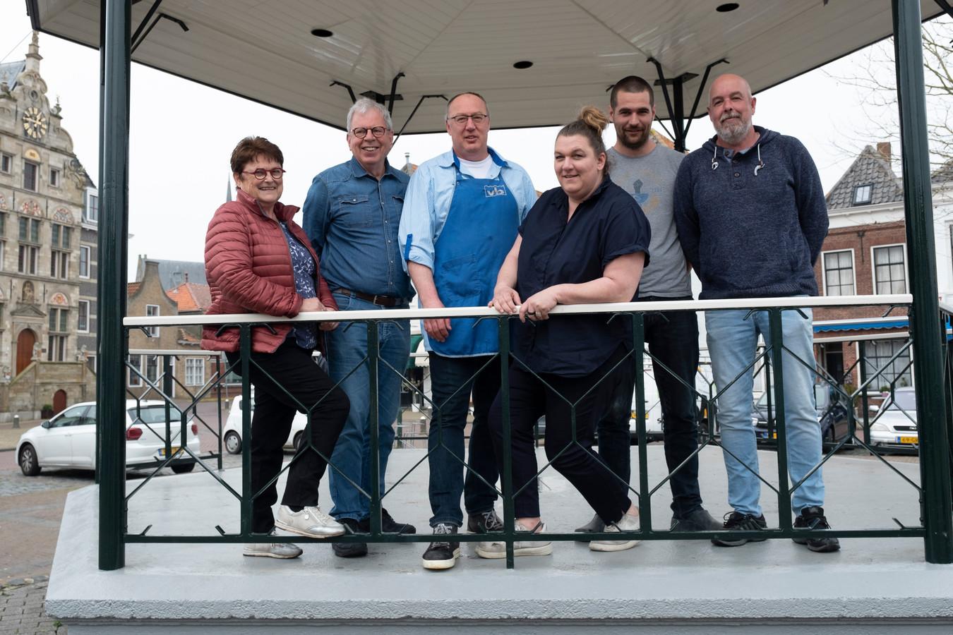 Vlnr : Anneke en Leo Bruel, Johan van Beveren, Antoinette Laheij, Bart Glerum en Arjan Laheij houden van de levendigheid van de Markt in Brouwershaven.