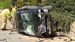 VIDEO. Wagen kantelt na crash op tuinmuur: als bij wonder geen gewonden