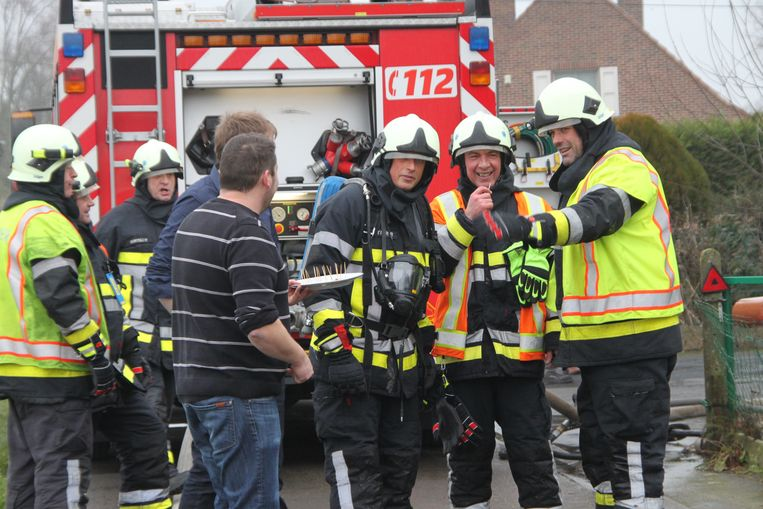 Op de foto buurman Wim Claeys en schoonbroer David Carpels die hapjes aan de brandweermannen kwamen aanbieden.