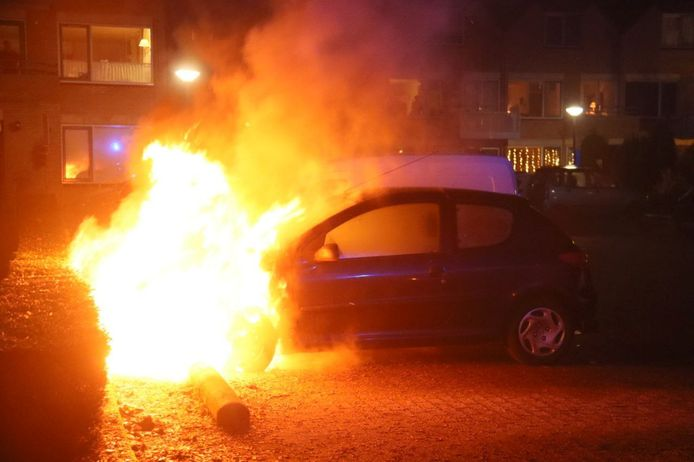 De vlammen sloegen uit de voorkant van de auto.