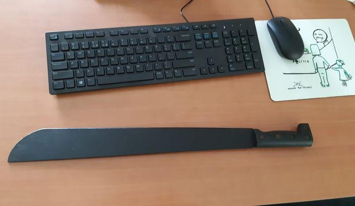Het bewuste kapmes dat ruimschoots de grootte van een toetsenbord overschrijdt.