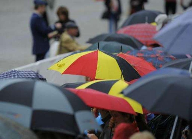 Tricolore paraplu's hielden de regen tegen. Beeld UNKNOWN
