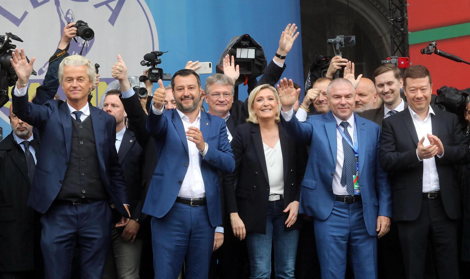 Geert Wilders (l) tijdens een bijeenkomst in Milaan van Europese populistische partijen. Naast hem de Italiaanse Lega-leider Matteo Salvini en Marine Le Pen van Rassemblement National, voorheen bekend als Front National.