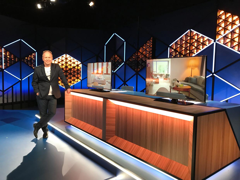 Ben stelt de vragen vanuit de studio aan twee beeldschermen. Beeld VRT