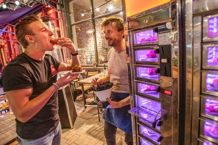 Bedenker en eigenaar Willem-Jan Goosen ziet hoe een van de eerste klanten een exclusieve warme hap naar binnen werkt.