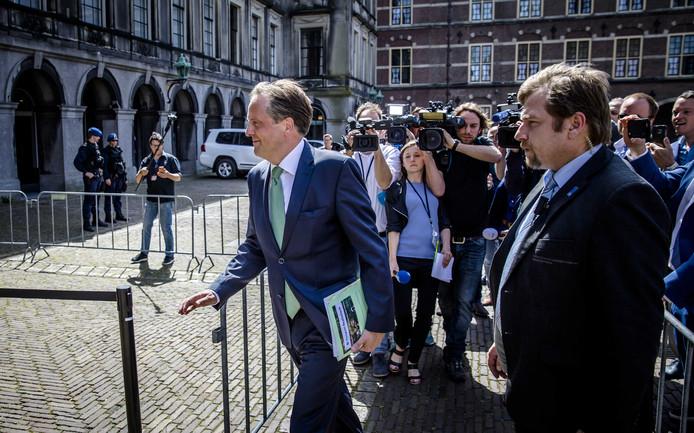 Alexander Pechtold (D66) bij aankomst op het Binnenhof voor een gesprek met Gert-Jan Segers (Christenunie) en Informateur Edith Schippers.