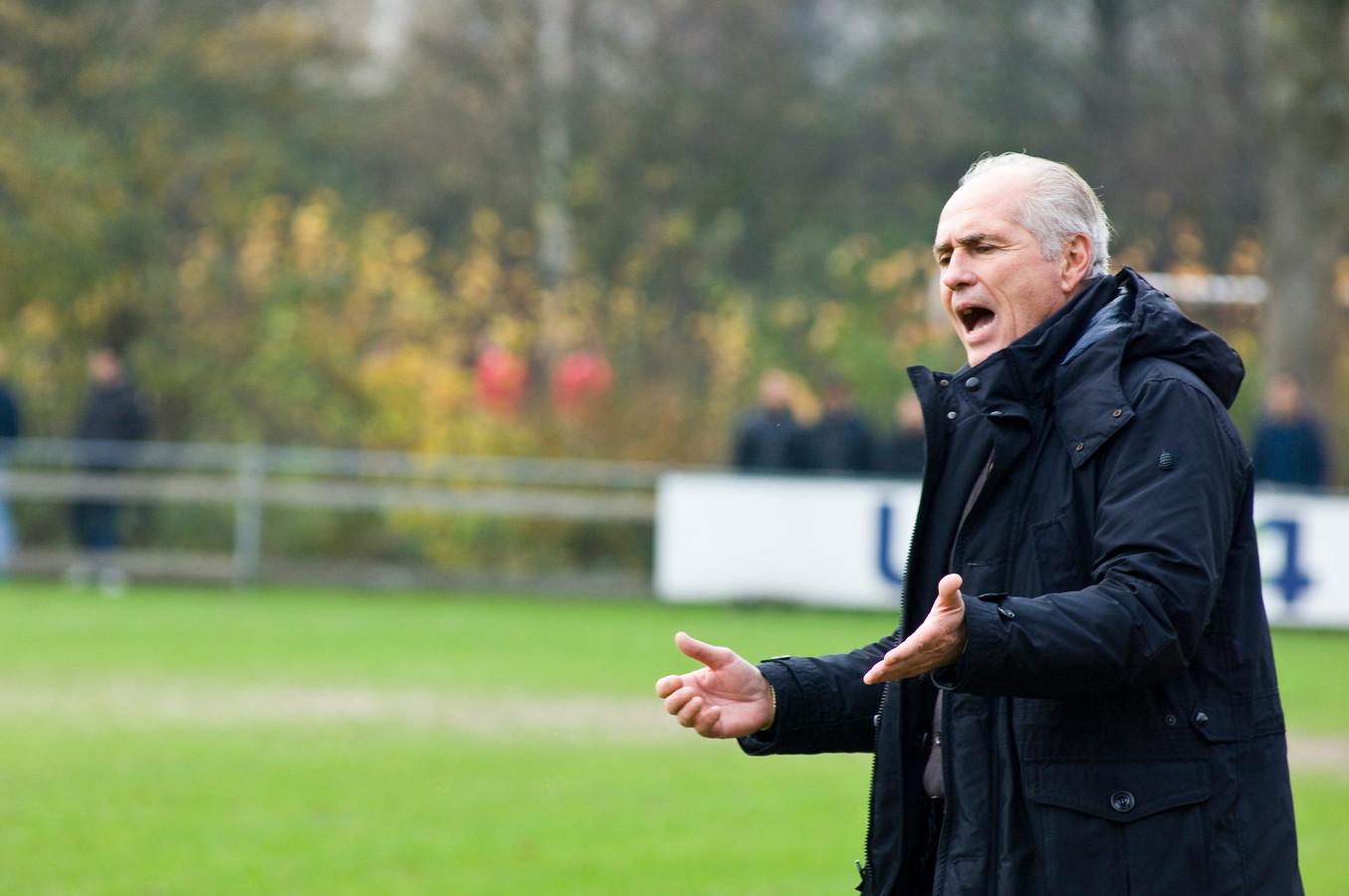 Trainer Frans Schuitemaker staat ook na de zomer langs de lijn bij FC Breukelen.