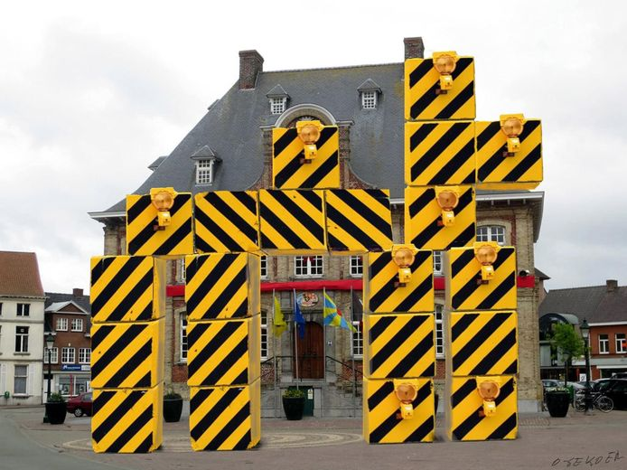 O-Sekoer zette de betonblokken illustratief voor het stadhuis in de vorm van een... kemel.