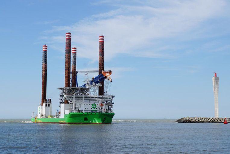 De Sea Installer komt aan in de haven. Dit schip zal de windturbines installeren op zee.