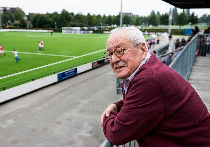 Loek Beumer is aandachtig toeschouwer bij de wedstrijd UVV - Elinkwijk. UVVwon verrassend met 4-2.