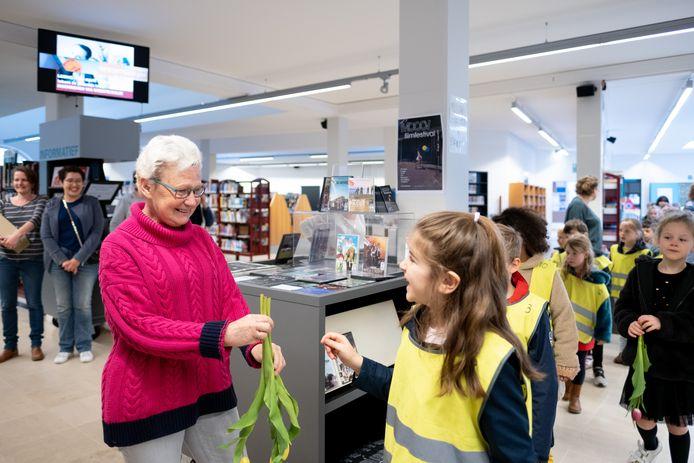 Ann Peeters, verantwoordelijke voor de jeugdboekenafdeling van de Lierse bib, gaat met pensioen.