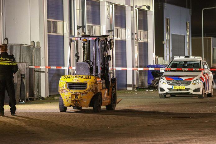 Onderzoek door de politie nadat een heftruck een man aanreed, zaterdagavond op Urk.