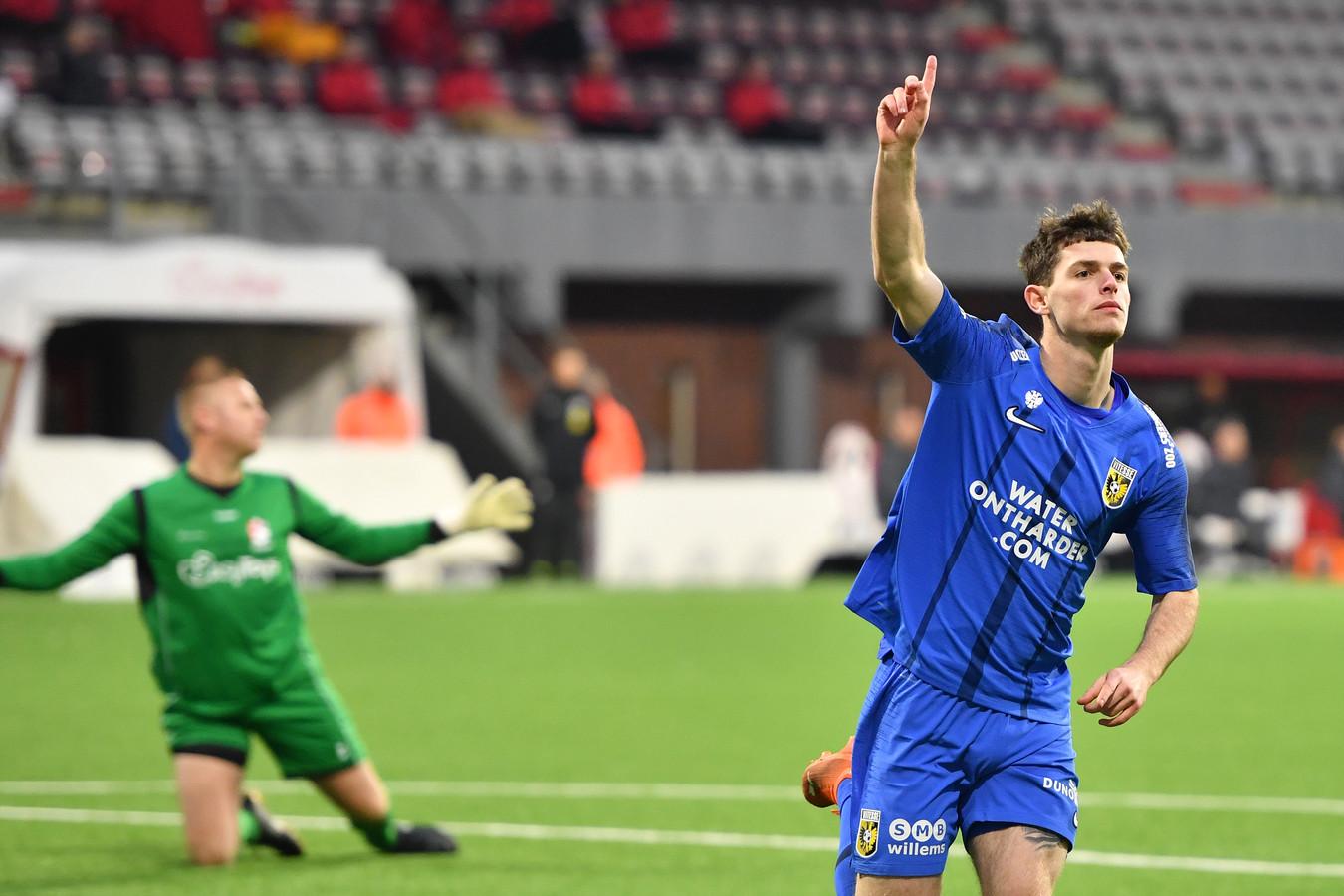 Thomas Buitink, die zaterdag voor het eerst in dertien duels weer in de basis stond bij Vitesse, opent tegen FC Emmen de score. De Nijkerker staat nadrukkelijk in de belangstelling van PEC.