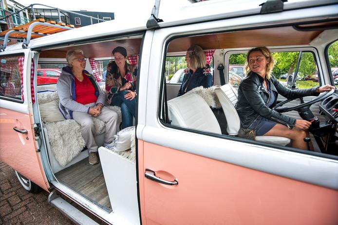 Bewoners en medewerkers van GroenWest ontmoeten elkaar in de Babbelbus. Voor de woningcorporatie is het een laagdrempelige manier om contact te zoeken met haar huurders.