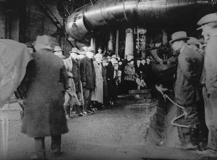 Productie van het eerste ijzer na het aansteken van Hoogoven nummer 1, 1924. Beeld ANP
