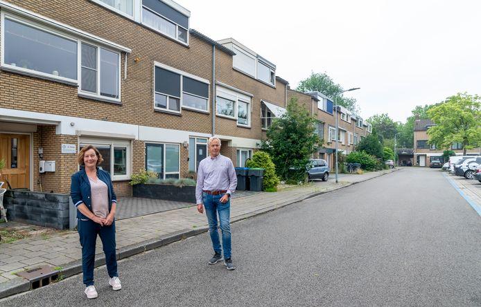 Ida Smit en Julius de Graaf van het buurtteam Emdenmeen maken zich zorgen over het splitsen van de drive-in-woningen. Dat tast de leefbaarheid in de wijk aan, vinden ze.