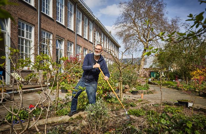 Alex Diehl in de gezamenlijke tuin bij de C.P. Tielestraat. ,,Van mij hadden alle tegels eruit gemogen'', zegt Diehl.