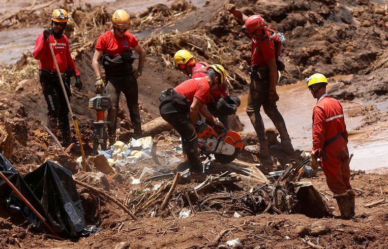 Reddingswerkers zoeken nog altijd naar de lichamen van 122 vermisten. Beeld REUTERS