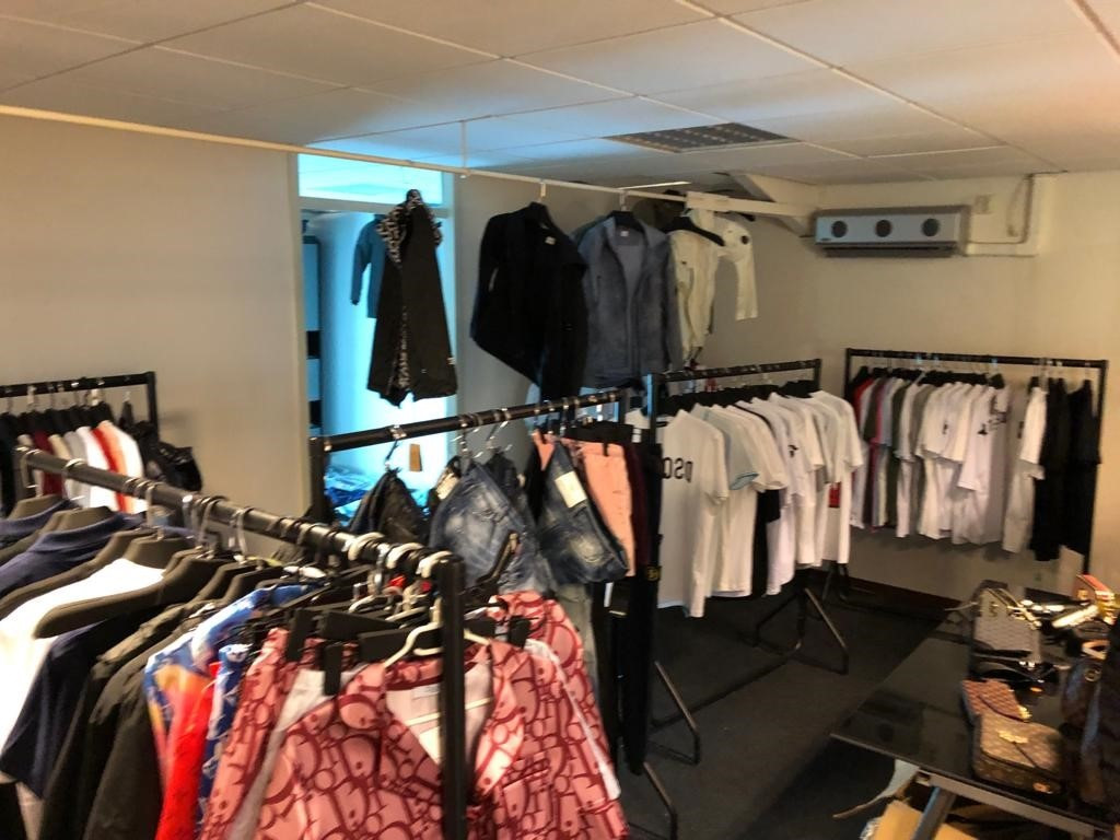 De in het pand aan de Industriepark Wijchen aangetroffen vervalste kleding.