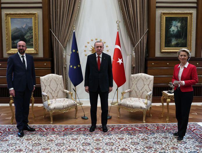 Turks president Recep Tayyip Erdogan, de voorzitter van de EU-Raad Charles Michel en de voorzitter van de Europese Commissie Ursula Von der Leyen poseren voor hun ontmoeting in Ankara.