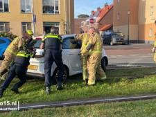 Twee auto's belanden op tramrails