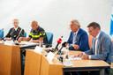 Wethouder Harry van Hal (links) en waarnemend burgemeester Yves de Boer gaven na de brand op Haarendael samen met politie en brandweer een persconferentie in het gemeentehuis van Haaren.