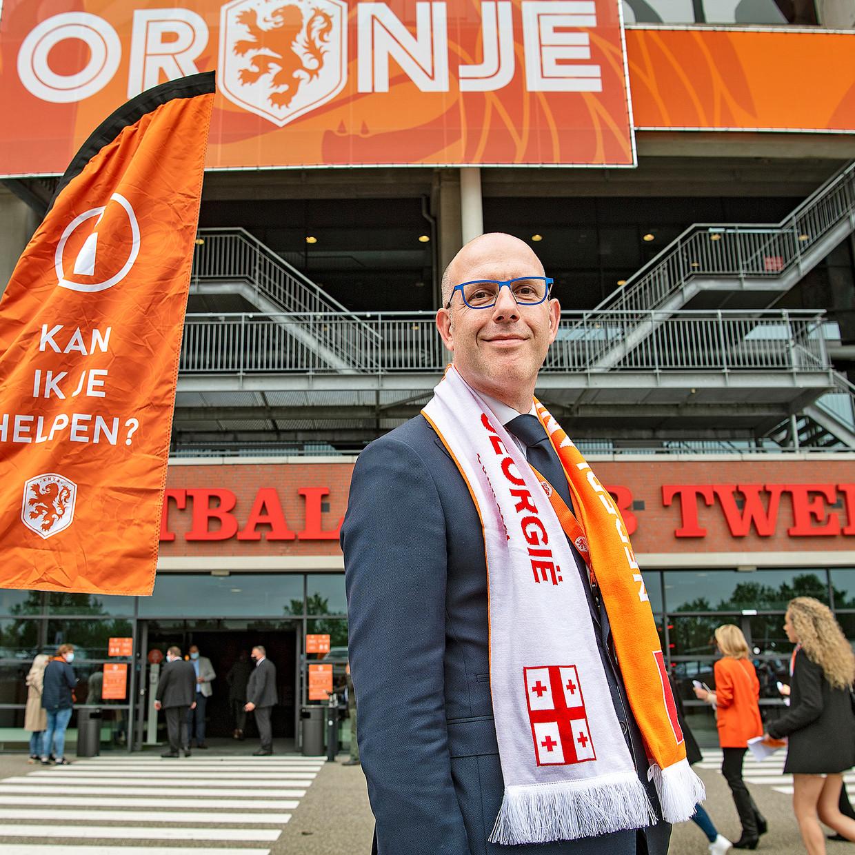 Gijs de Jong: 'De Uefa wilde het liefst dat het mondkapje altijd werd gedragen, maar wie zit, mag het afdoen. Dat is het Nederlandse beleid.' Beeld Guus Dubbelman / de Volkskrant