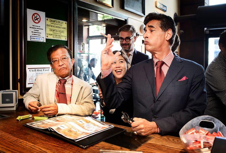 Archiefbeeld 2015: Gerard Spong (R), advocaat van Van Laarhoven, laat in coffeeshop The Grass Company een delegatie van Thaise advocaten zien hoe het Nederlandse gedoogbeleid voor softdrugs werkt. Beeld ANP