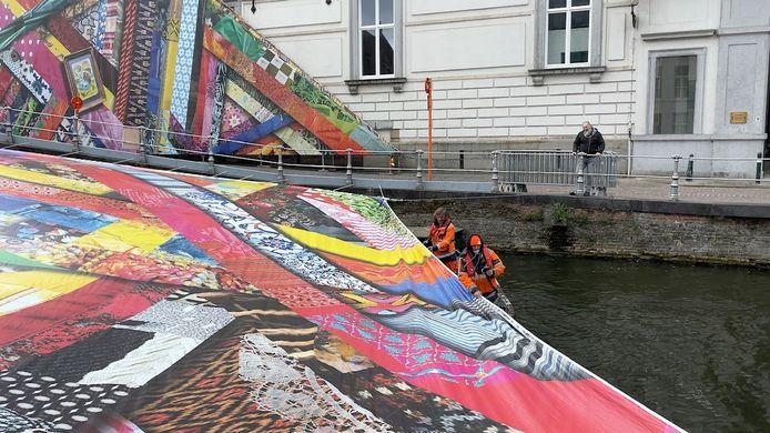 Het kunstwerk voor de Triënnale belandde bijna in het water.
