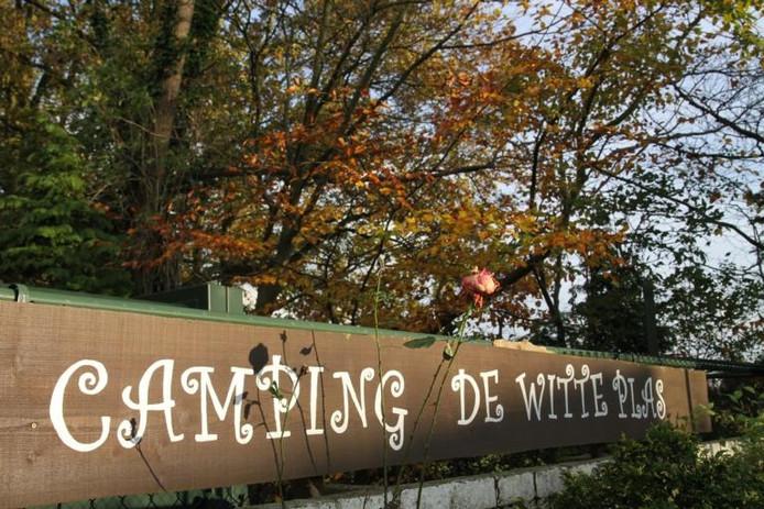 Het naambord bij de ingang van camping De Witte Plas. foto's Henk den Ridder