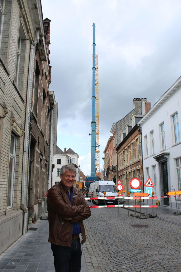Schepen Anciaux bij de grote werfkraan die werd geplaatst in de Frederik de Merodestraat in Mechelen
