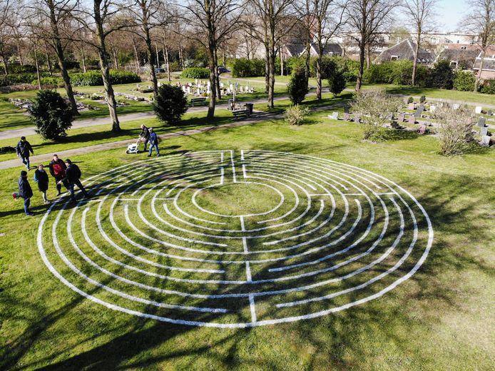 Het door de lijnenrobot getekende labyrint op begraafplaats Tolsteeg.