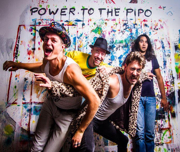 De band Power to the Pipo vaart tijdens Knapsack 2021 met groovy jazzfunk muziek op de rondvaartboot door de Delftse grachten.