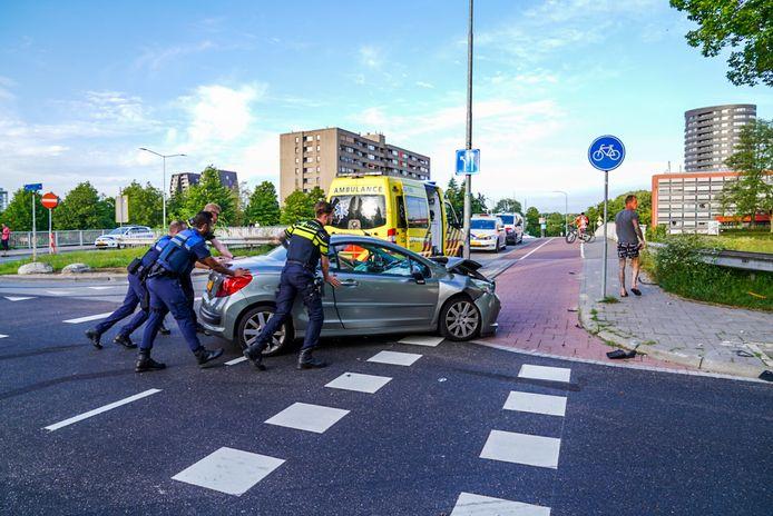 Agenten duwden een van de auto's een stukje van de weg