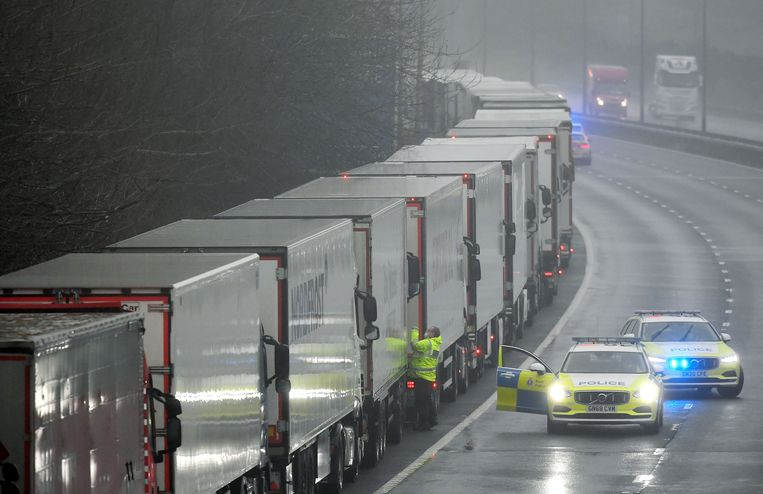 Een file van vrachtwagens richting de Eurotunnel nabij Dover. Beeld Reuters
