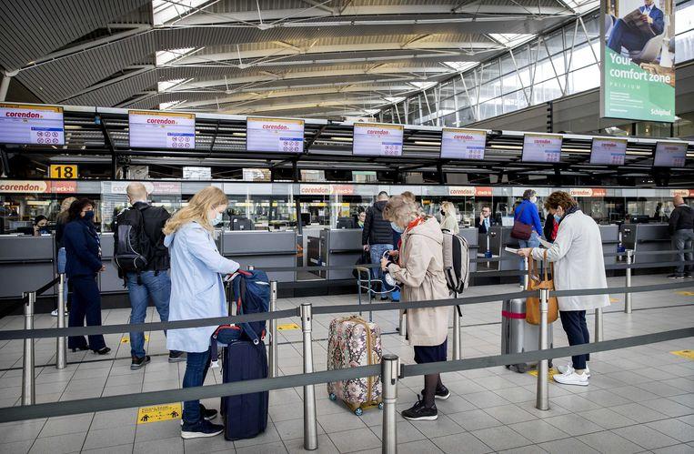 180 vakantiegangers vertrekken vanaf Schiphol naar Gran Canaria voor een testvakantie. Beeld ANP