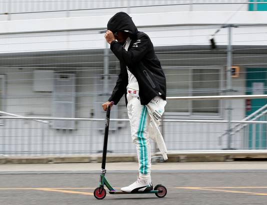 Lewis Hamilton beweegt zich per step door de paddock op Suzuka.