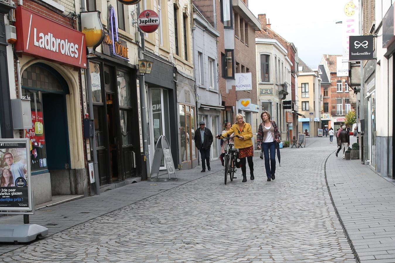 Wie overdag als fietser door de Basiliekstraat gaat, neemt het best de fiets aan de hand.