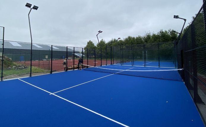 De twee padelvelden liggen achter sporthal Michelsberg (links op de foto), bij twee tennisvelden ook