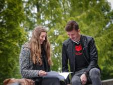 Scholieren Markland College doen examen  aardrijkskunde: 'Veel gehad aan de atlas'