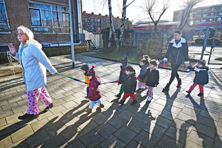 Op weg naar de speeltuin voor meer lichaamsbeweging. Beeld Guus Dubbelman / de Volkskrant