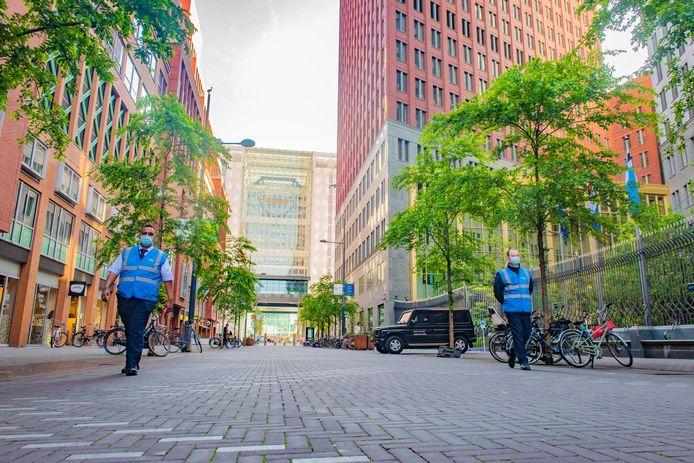 De Turfmarkt in coronatijd. De ambtenaren zijn verdwenen en uitsluitend Action-bezoekers en wat dagjesmensen lopen door de ambtenarenstraat.