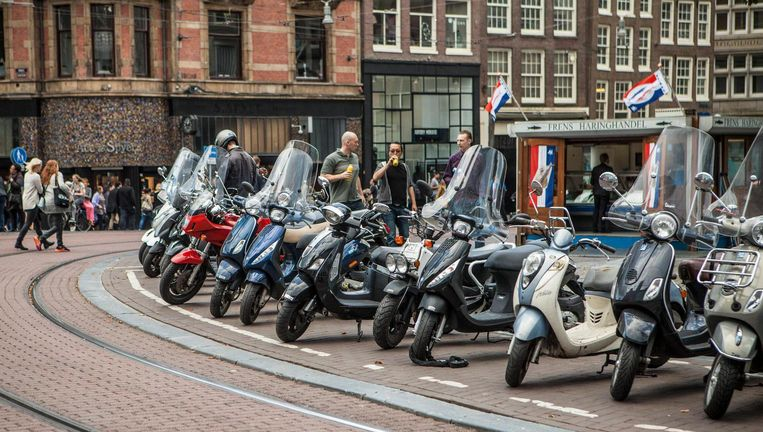 Van 2007 tot 2015 steeg het aantal scooters in Amsterdam van 23.000 tot 53.000 Beeld Floris Lok