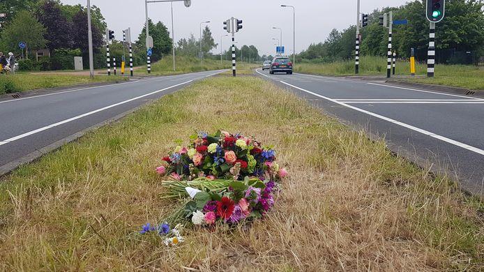 Bloemen op de plek aan de Westerparklaan waar in het weekend een 28-jarige man uit Etten-Leur om het leven kwam.