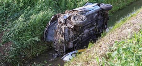Hulpdiensten zoeken bij sloot slachtoffers ongeval in Vollenhove: inzittenden zitten hoog en droog thuis