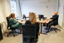Medewerkers van Veilig Thuis op kantoor in Helmond. Zij zijn standby voor crisissituaties.