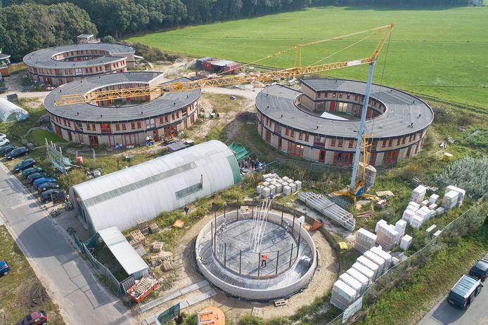 Het Ecodorp in Boekel met de klimaat-accu, de cirkel middenonder, waar gedeputeerde Anne-Marie Spierings deze woensdag de eerste buizen plaatste.