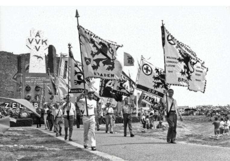 Een IJzerbedevaart ca. 1980, met vlaggen van verenigingen van oud-oostfrontvrijwilligers, zoals het Sint-Maartensfonds. Beeld ADVN / ANTWERPEN