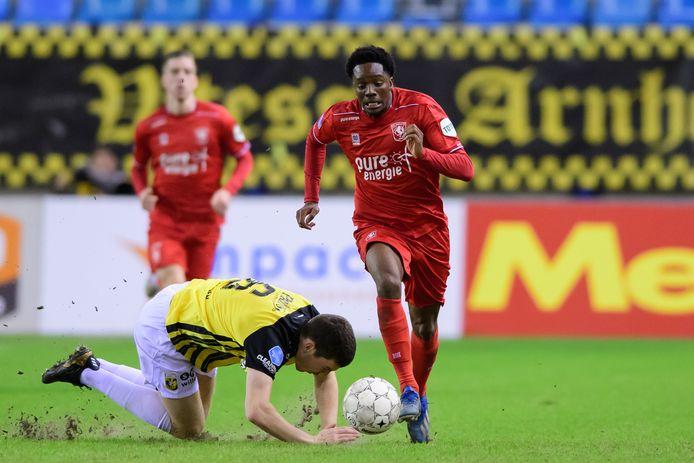 Queensy Menig heeft het dit seizoen op de heupen. Hier is hij Vitesse-verdediger Rasmussen te snel af.