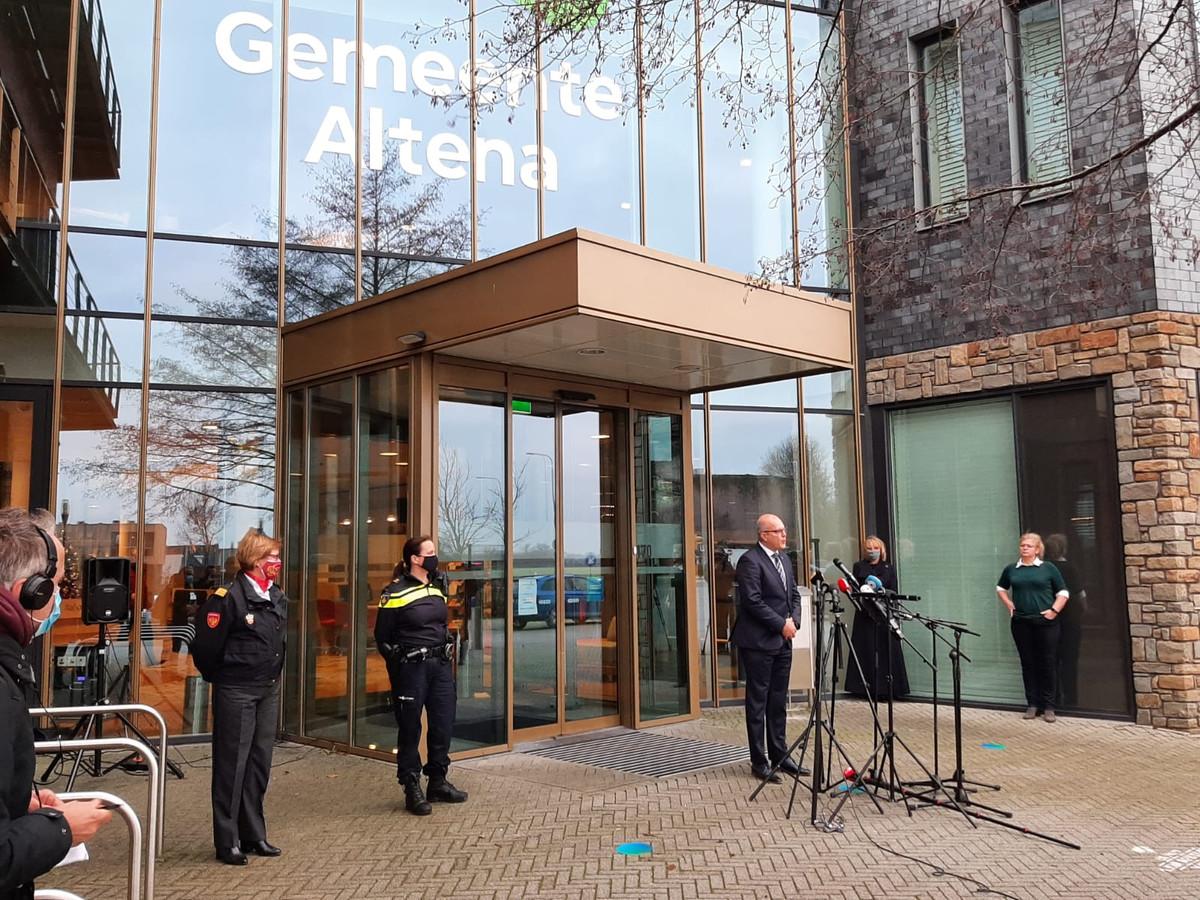 Burgemeester Egbert Lichtenberg tijdens het persmoment over het vuurwerkincident in Veen.